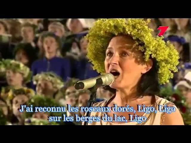 15000 choristes chantent Ligo, chant folklorique de la Lettonie. Sous-titres en français