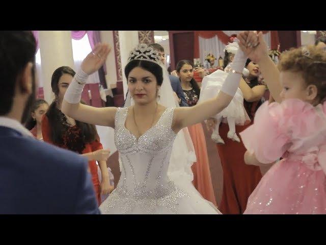 Танцует невеста на цыганской свадьбе