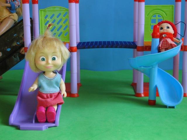 Мама Барби, Маша и Медведь. Маша гуляет на детской площадке