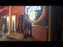 Чувак в костюме джокера раздолбал вывеску бара в Алматы