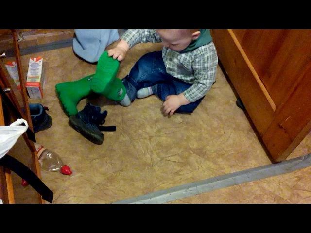 Ольга Лемке - попытки одеть обувь (13 мес.)