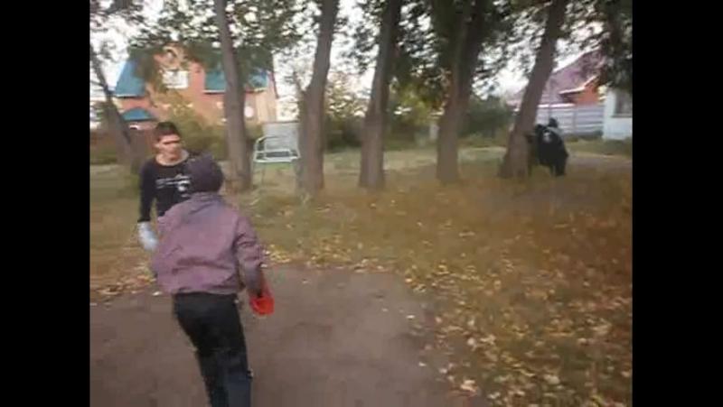 спаринг на улице с подростком 10-12 лет. дети настолько привыкли видеть пьяниц ,что без труда отгадали пьяный стиль боя