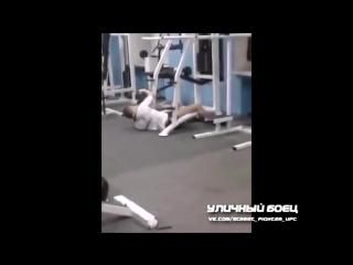 Супер атлет в тренажёрном зале (Это надо смотреть)