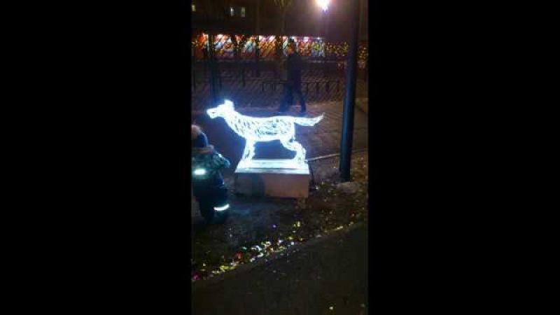 Собака, украшение города на Новый год, улица Рахова