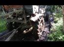 Самодельный трактор с прицепом пробираеться в болоте