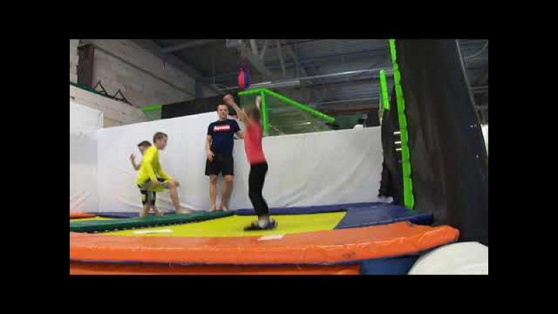 Тенировка ног спины и равновесия Прыжки в скейтборде на батуте