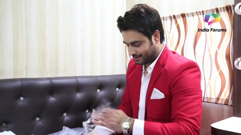 Vivian Dsena Receives Gifts From His Fans - Exclusive - India Forums