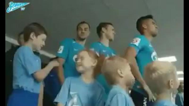 Футболист Зенита Артём Дзюба, 29 лет, зарабатывает 3 млн евро в год, дёргает девочек за косички)