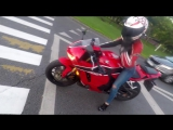 Мотоциклистка на Honda cbr 600 rr гоняет по городу с друзьями