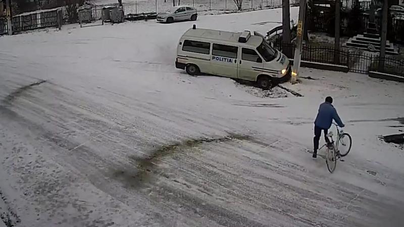 Перекресток смерти Возможно, пешеход бы выжил после наезда полицейского микроавтобуса, но такси поставило точку