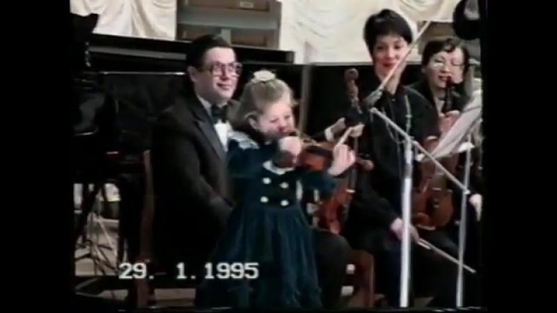 Маша Кохно лабает на скрипке в возрасте 5 лет))
