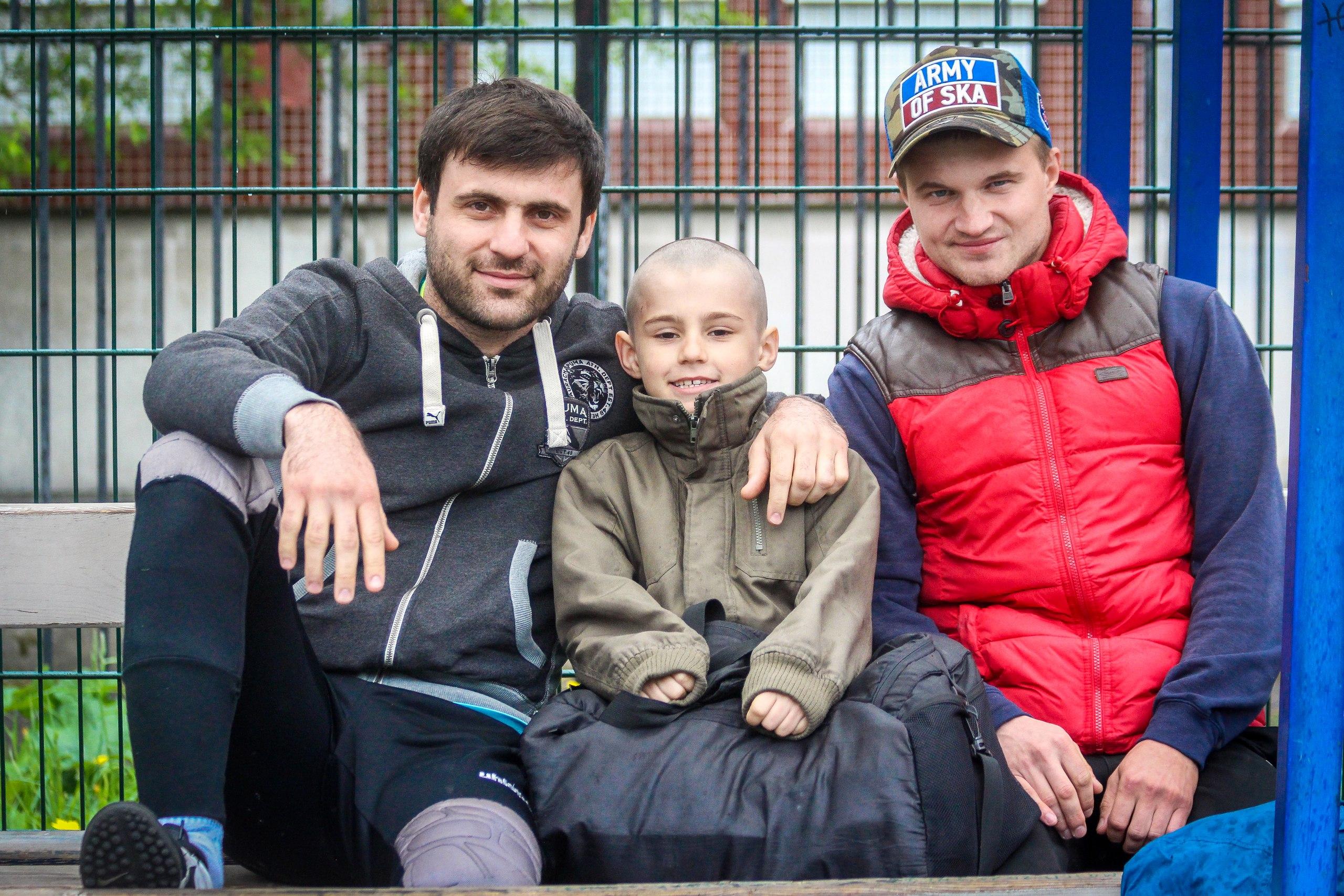 Заур Муртузалиев с ребенком и Виталий Александров на турнире пенальтистов 2017