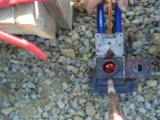 Демонстрация соединения стержня с проводником с помощью термитной сварки CADWELD®.
