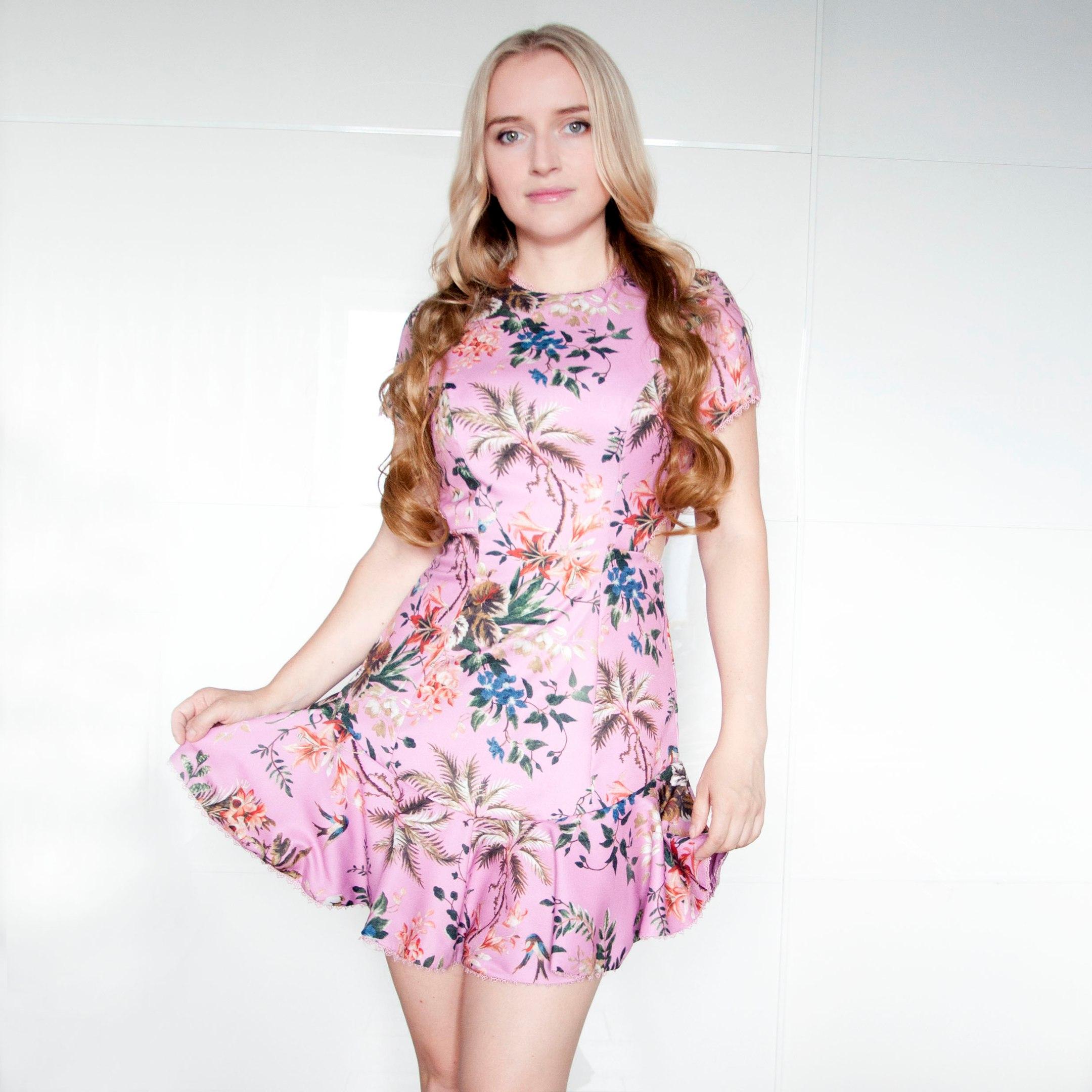 Очаровательное платье с интересной спинкой