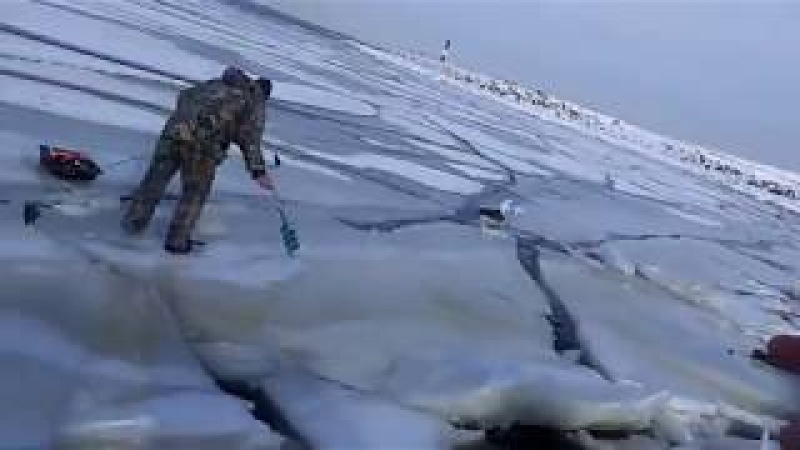 Как волна ломает лёд под рыбаками.... How the wave breaks the ice under the fishermen....