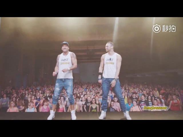 全球爆红神曲《Despacito》舞蹈教学,几百人一起跳,场面好壮观!