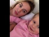 Елена Бушина слушает, как её дочка Лаура поёт самую лучшую песню о любви