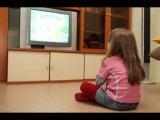 Девочка плачет из за расставания с олимпийским мишкой и закрытием олимпиады в С ...