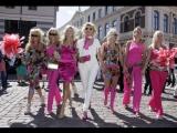 Блондинки в розовых платьях и мини-юбках вышли на свой парад на Арбате