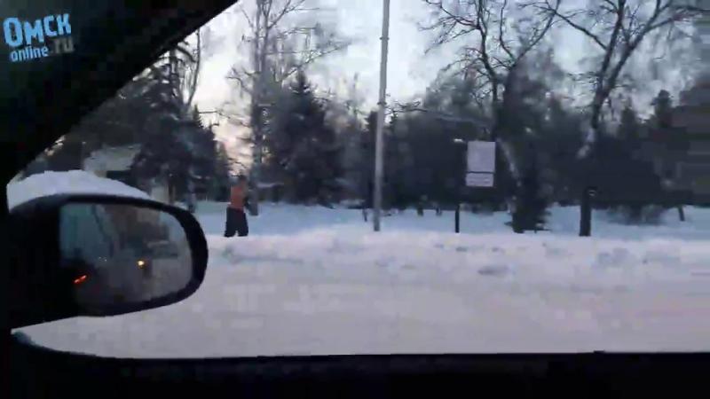 Омск. На улице -32°, а мужик с голым торсом