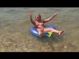 Голая девушка нудистка на море. Сексуально снимает трусики стринги и плавает на кругу. Частное