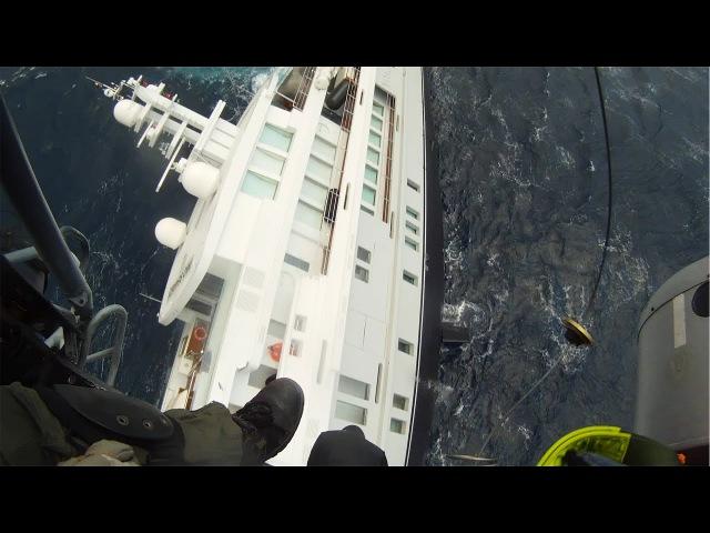 Греческая береговая охрана спасает тонущую яхту.
