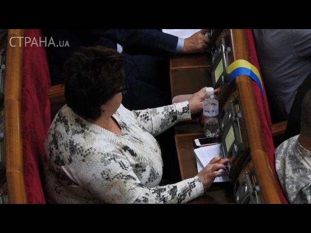 Нардеп Ирина Ефремова голосует в Раде за себя и соседа