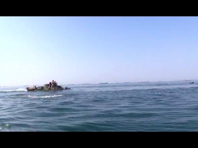 Опубликовано видео первого в истории форсирования Керченского пролива на броне...