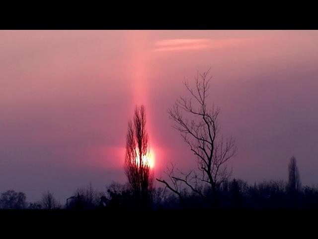 Zjawisko halo , trzy słońca i czerwony krzyż na niebie