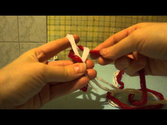Плетеный пояс на пальцах.