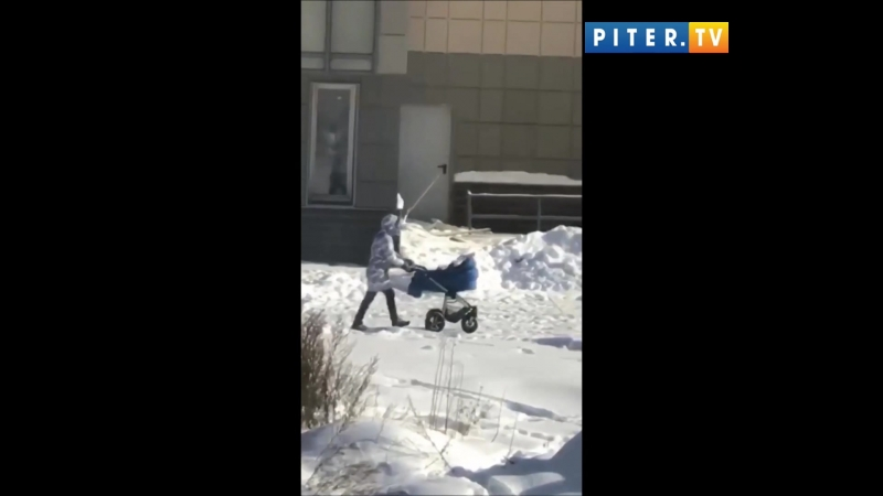 Необъяснимо но факт: в Мурино женщина перевернула коляску с ребенком