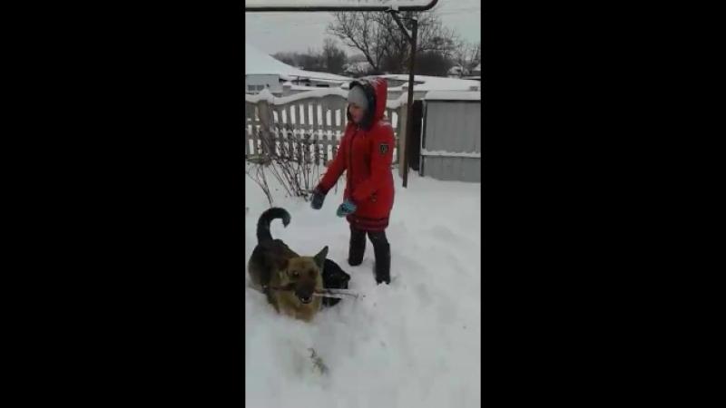 Катюша играет во дворе с Вильмой