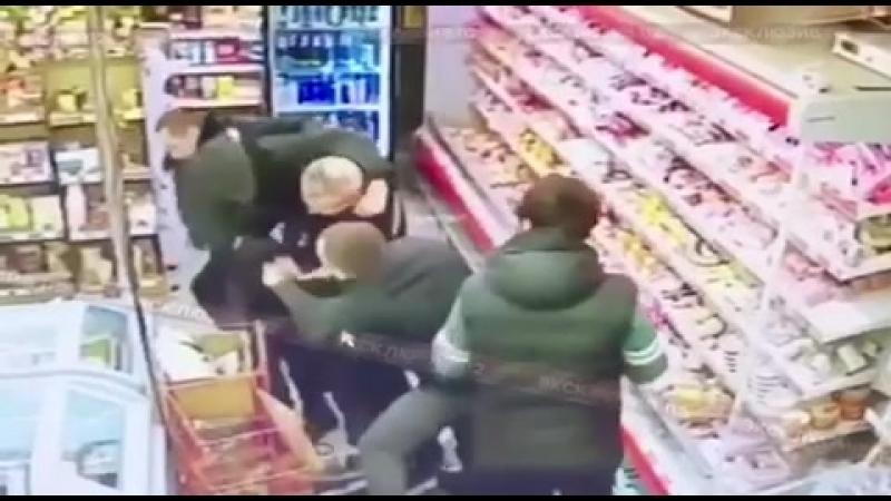 Покупатель в столичном магазине напал на полицейский