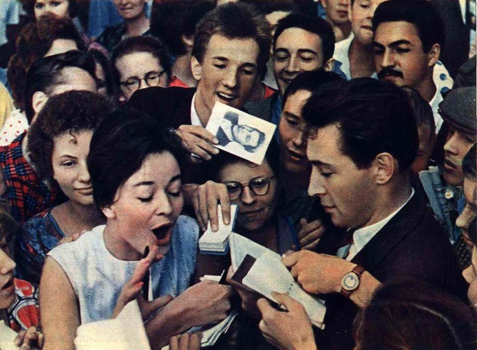 Вячеслав Тихонов раздаёт автографы на кинофестивале в Москве, 1961 год.