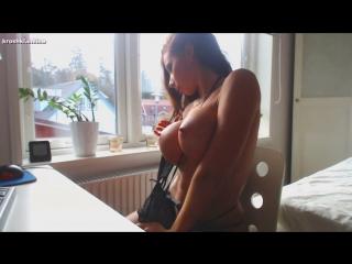 Красивая девочка со стоячими сиськами! Просто класс! (сиськи домашнее эротика homevideo porno)