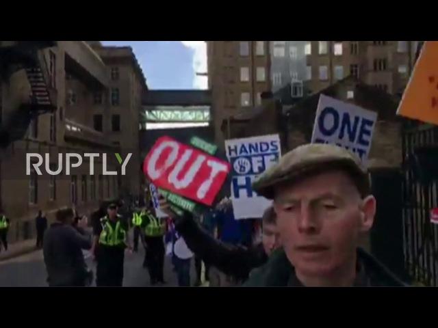 Великобритания: Протестующие нарушают манифест Мэй манифеста за пределами Дин Клаф Милль в Галифаксе.