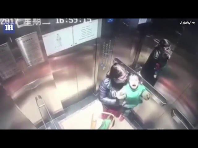 Китайская няня избивает ребенка.