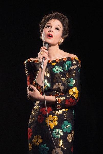 Рене Зеллвегер стала брюнеткой с короткой стрижкой ради новой роли