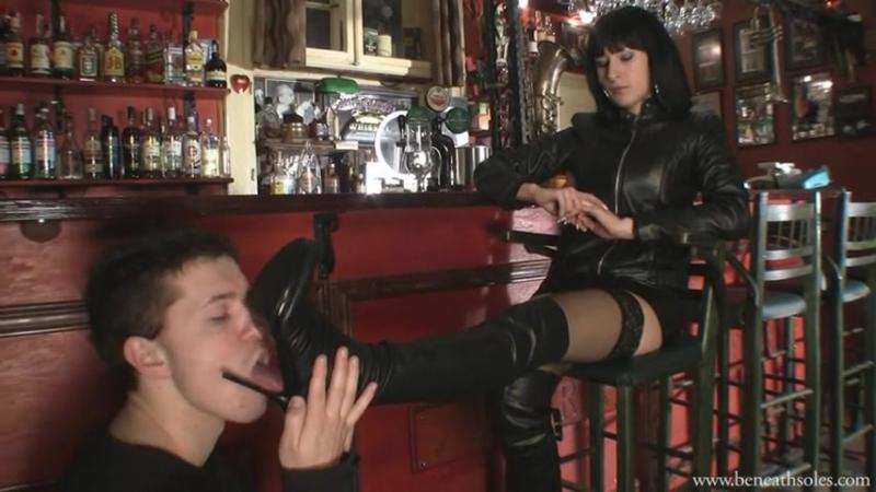 Mistress Mia Boot fetish Бут фетиш раб вылизывает сапоги в кафе slave licking boots femdom