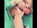 Безрукий мальчик заботится о младшем братике [720]