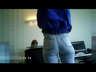 миниатюрная девушка в джинсах с красивой попой