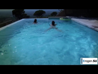 Мужик трахает девушку в бассейне Вами
