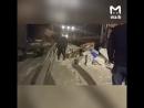 Работники Почты России разгружают вагон
