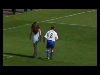 Голая девушка забила гол