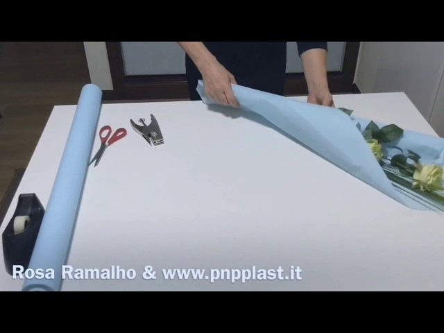 Wrapping two roses with ICE PAPER wrapflowers