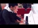 Парень лихо играет на пианино в аэропорту. Девушка не может глаз оторвать =)