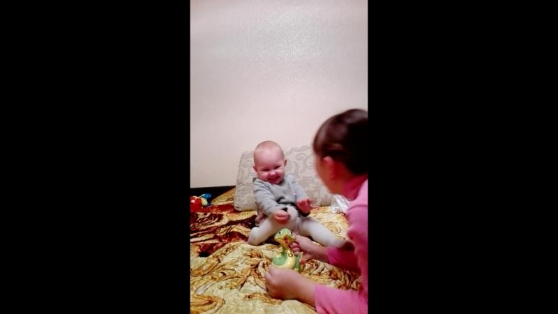 Софья учит копить деньги младшую сестру