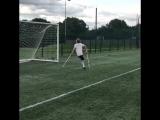 Парень на костылях круто играет в футбол