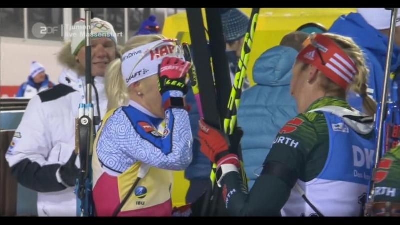 Немецкие биатлонистки поздравляют Кайсу Мякяряйнен с победой в Кубке мира