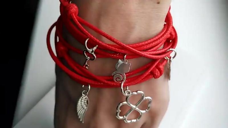 Красные браслеты с серебряными подвесами